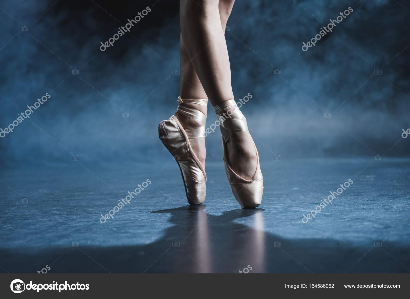 d73efb047 bailarín en los zapatos del pointe — Foto de stock © NatashaFedorova ...