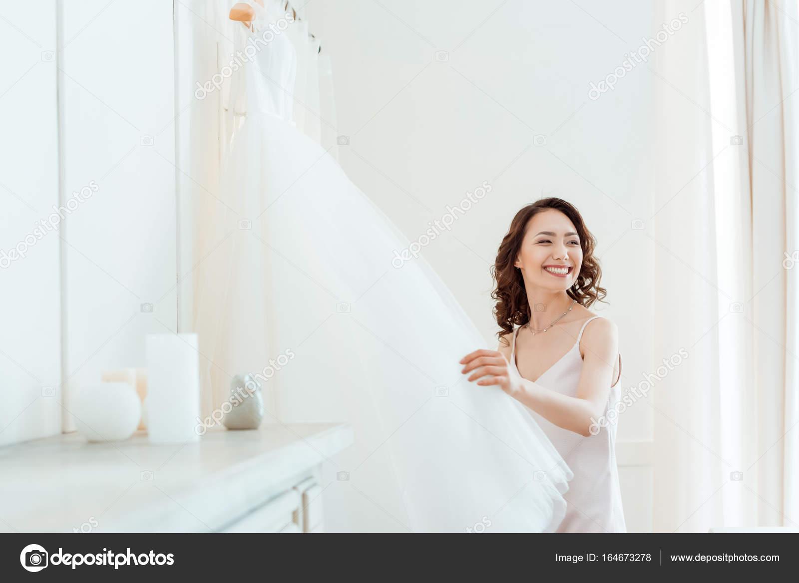 Asiatin mit Brautkleid — Stockfoto © NatashaFedorova #164673278