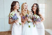 Fotografie laughing bride with bridesmaids