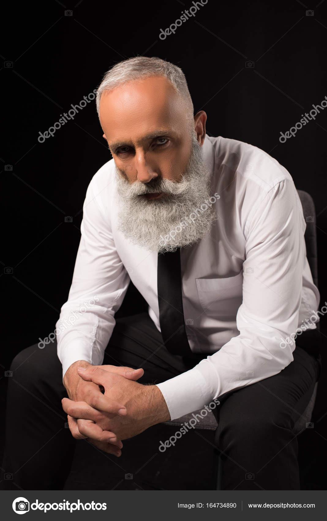 homme assis avec les mains jointes photographie natashafedorova 164734890. Black Bedroom Furniture Sets. Home Design Ideas