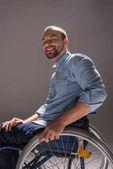 usmívající se muž na invalidním vozíku