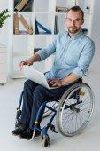 Fotografie Kaufmann in Rollstuhl mit laptop