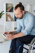 podnikatel ve vozíku pomocí kalkulačky