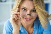 Starší žena v brýlích