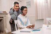 africká americká dvojice pomocí přenosného počítače