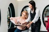 Fotografie Kunden, die Wahl der Farbe für das Färben der Haare im salon