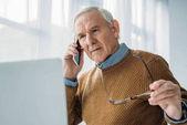 Fotografie Senior beschäftigter Mann im Büro arbeiten und Anruf tätigen