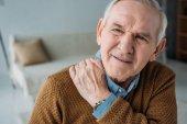 starší muž trpící bolesti zad
