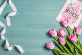 Anyák napi üdvözlőlap és tulipán