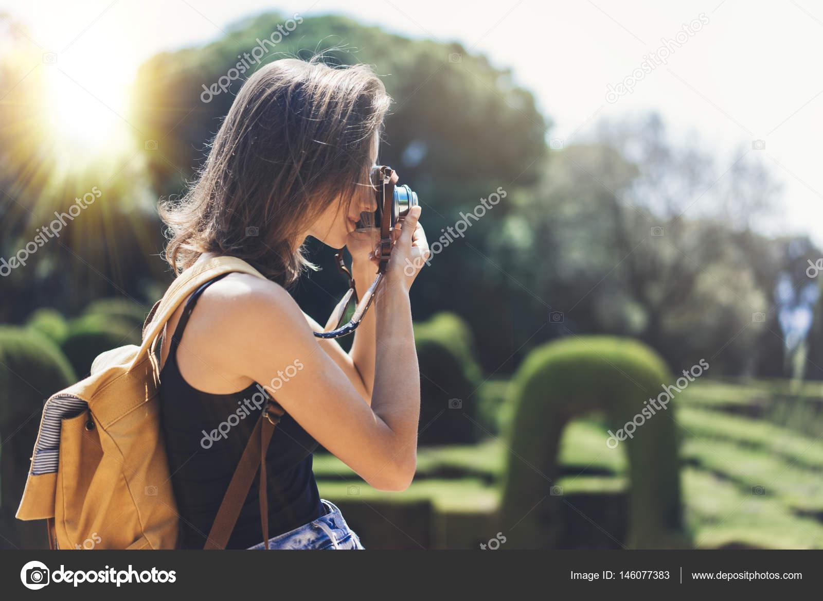 ... використовуючи vintage фотоапарат крупним планом 5d43a07a6d9b1
