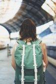 Fényképek Lány egy hátizsák elutazik