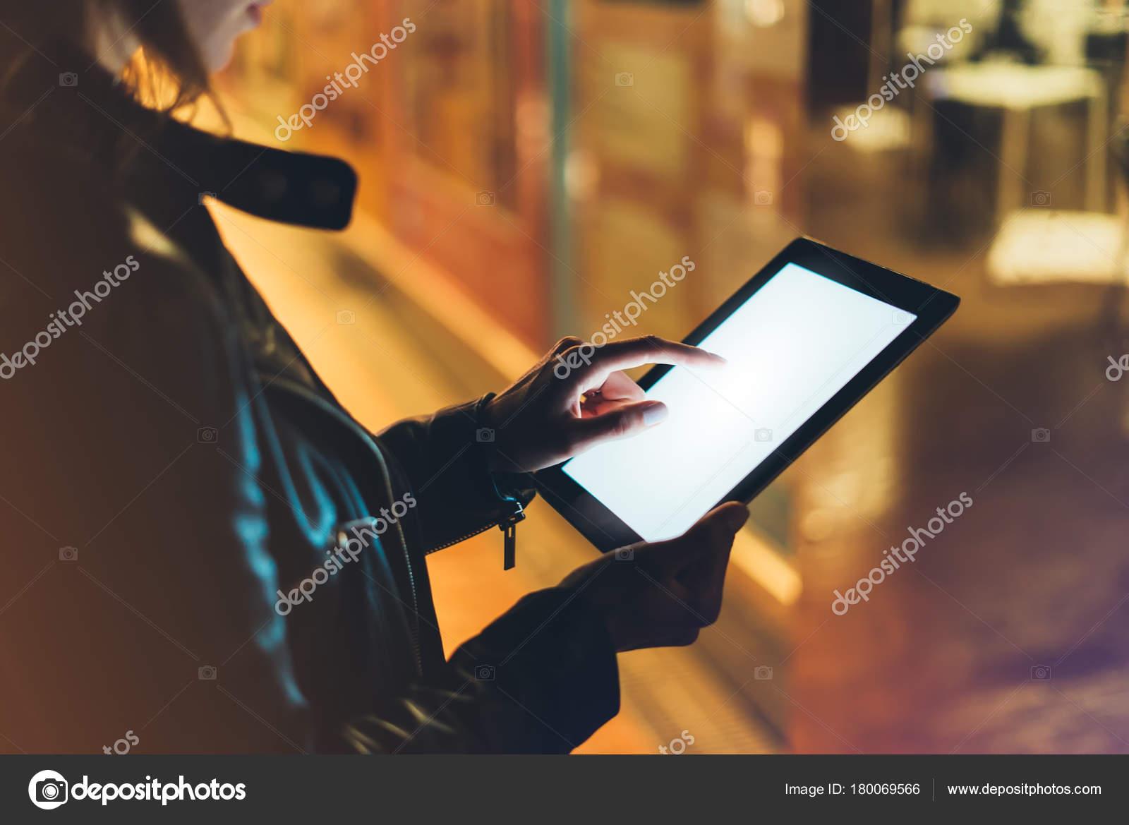 Madchen Handchenhalten Handen Auf Leere Putzbild Tablet Auf