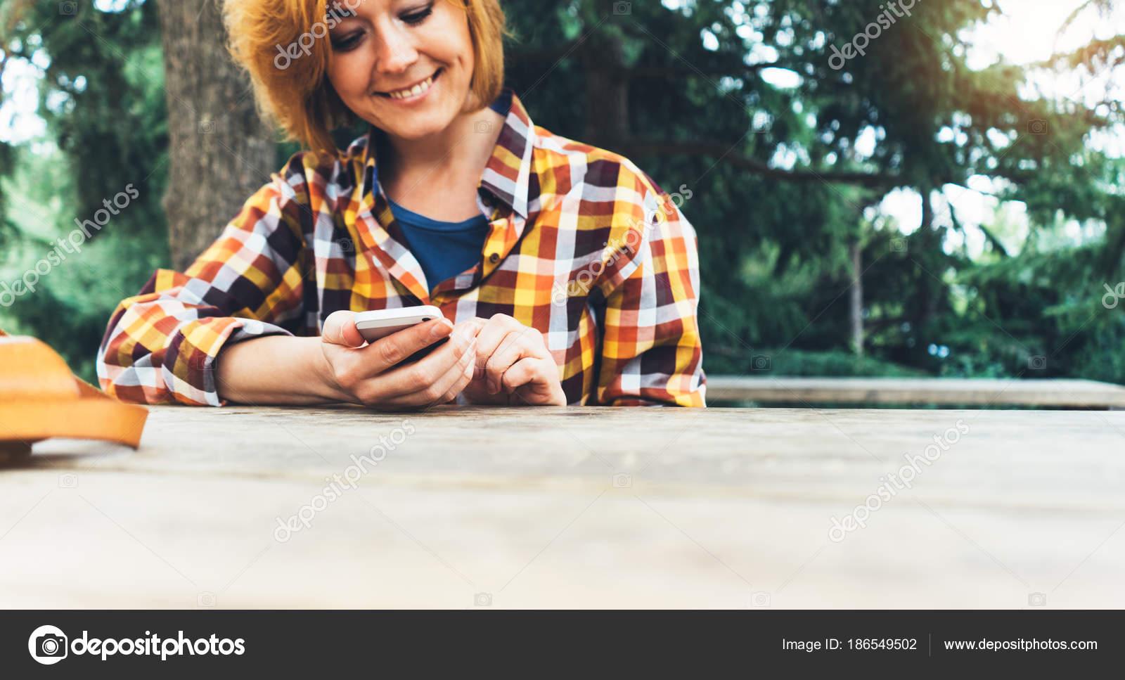 Hipster Mädchen Mit Handy Technologie Internet Blogger Person Halten ...