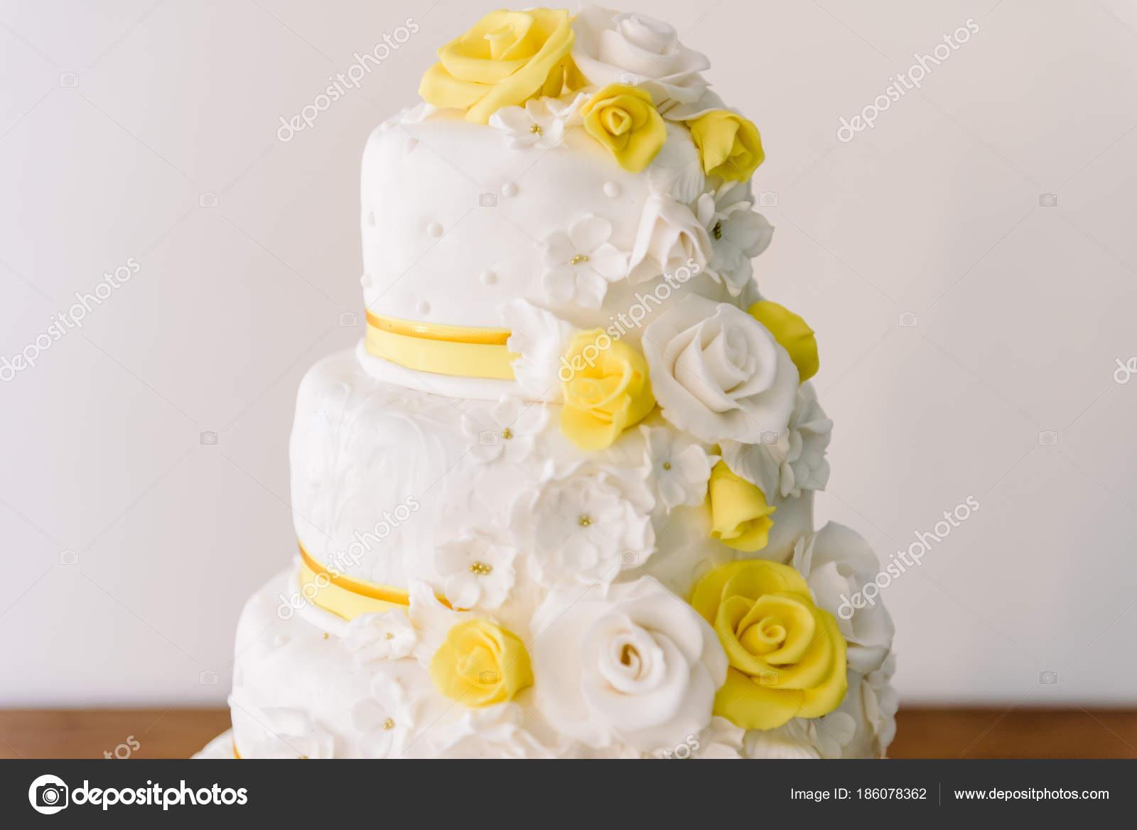 Hochzeitstorte Mit Gelben Bluten Hochzeitstorte Stockfoto