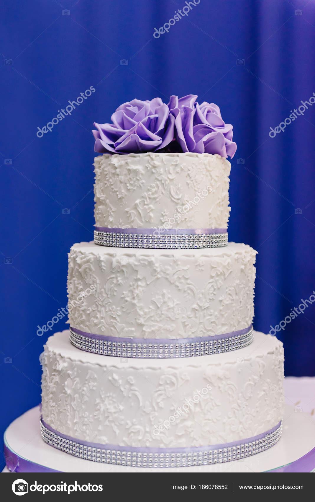 Hochzeitstorte Mit Lila Bluten Hochzeitstorte Stockfoto