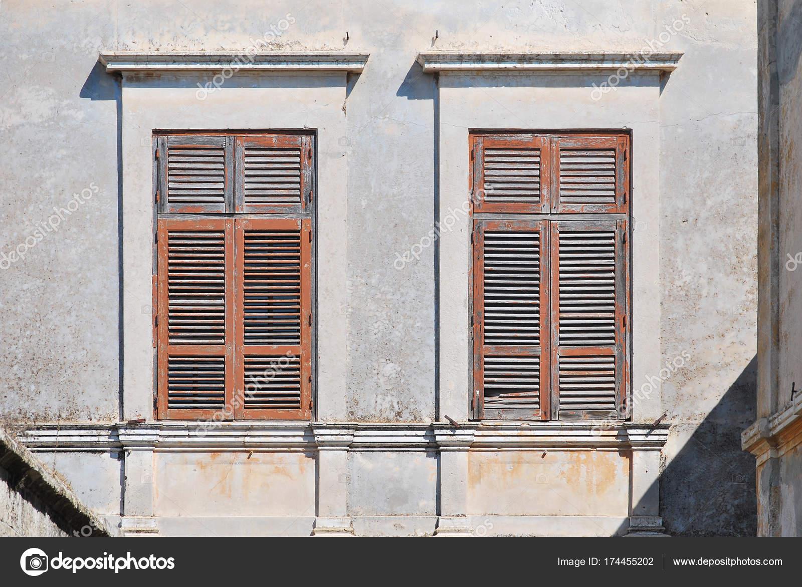 Persiane In Legno Antiche : Vecchie finestre con persiane in legno dal sole u foto stock