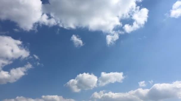 Mraky. Modré nebe.