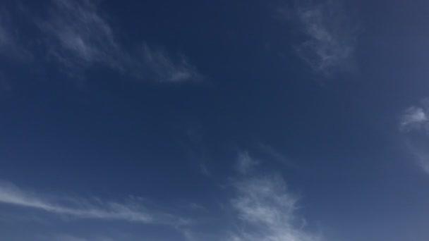 Bílé mraky zmizí v horkém slunci na modré obloze. Time-Lapse pohybu mraky modré obloze na pozadí. Modrá obloha. Mraky. Modrá obloha s bílé mraky. 4k