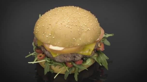 Chutné Burgerem otočení na černém pozadí
