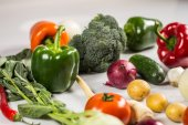 Bio zdravé jídlo. Různé zeleniny na dřevo. Bio zdravé potraviny, byliny a koření. Bio zelenina na dřevo