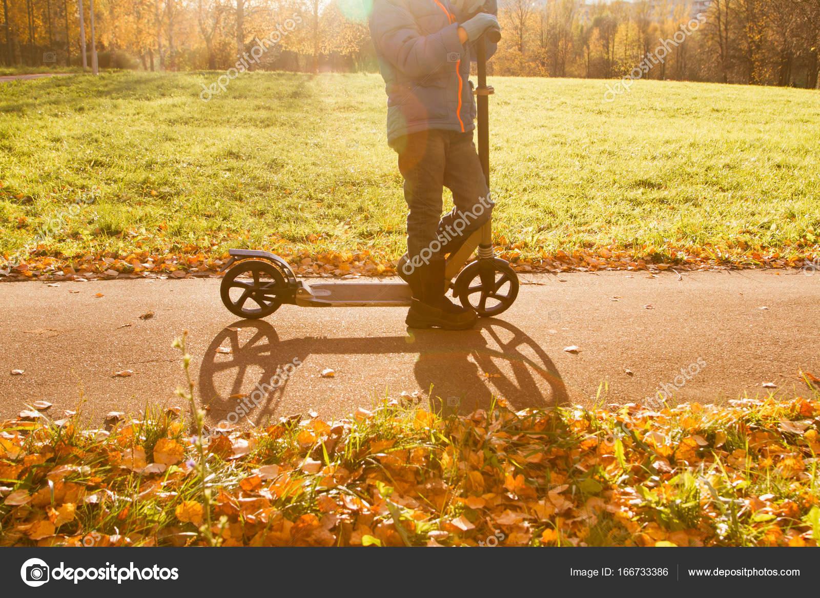 malý chlapec na koni skútr podzim podzim — Stock Fotografie ... d4fb5692c5