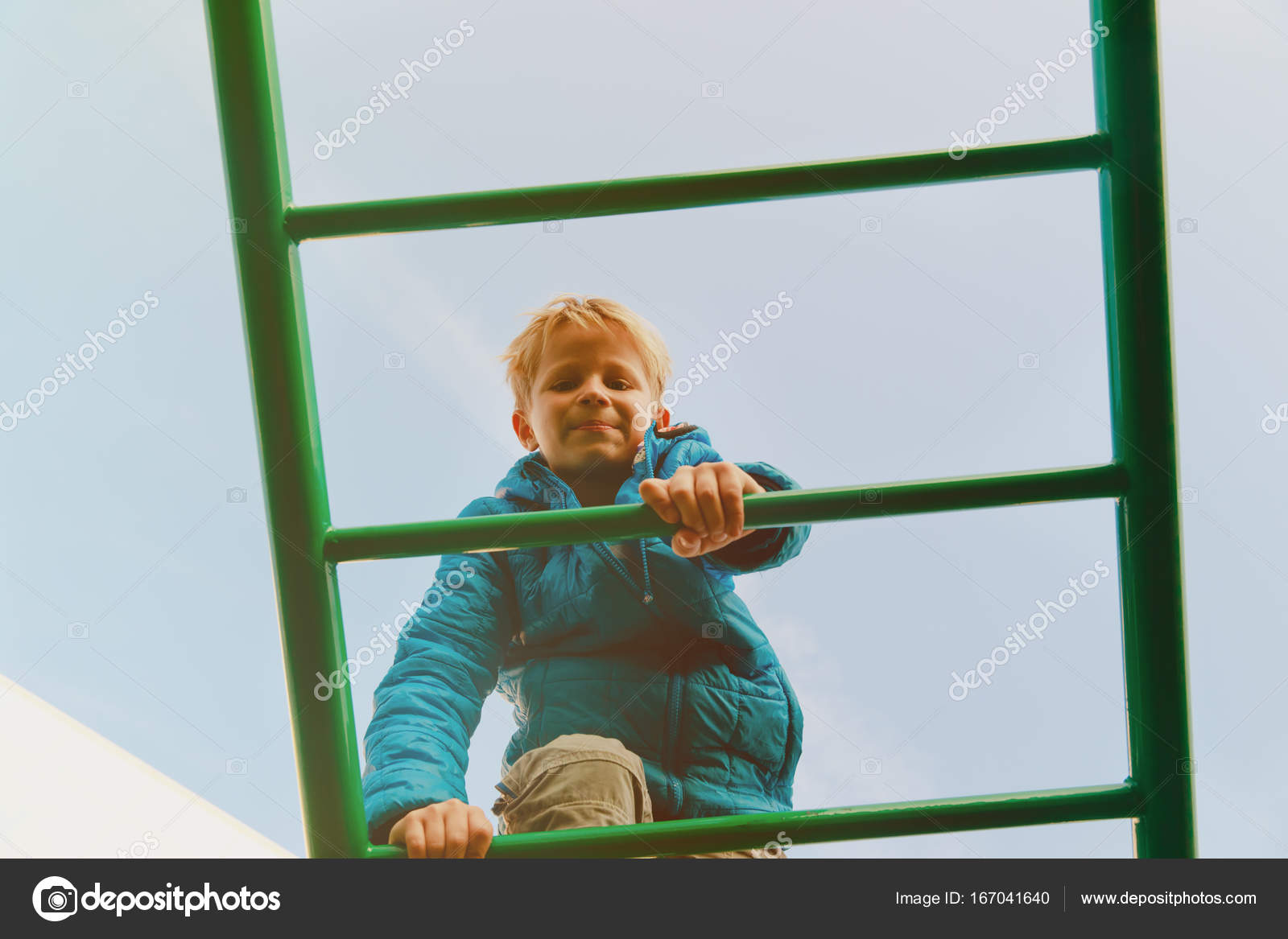 Little Monkey Klettergerüst : Kleiner junge spielt auf klettergerüst spielplatz u stockfoto