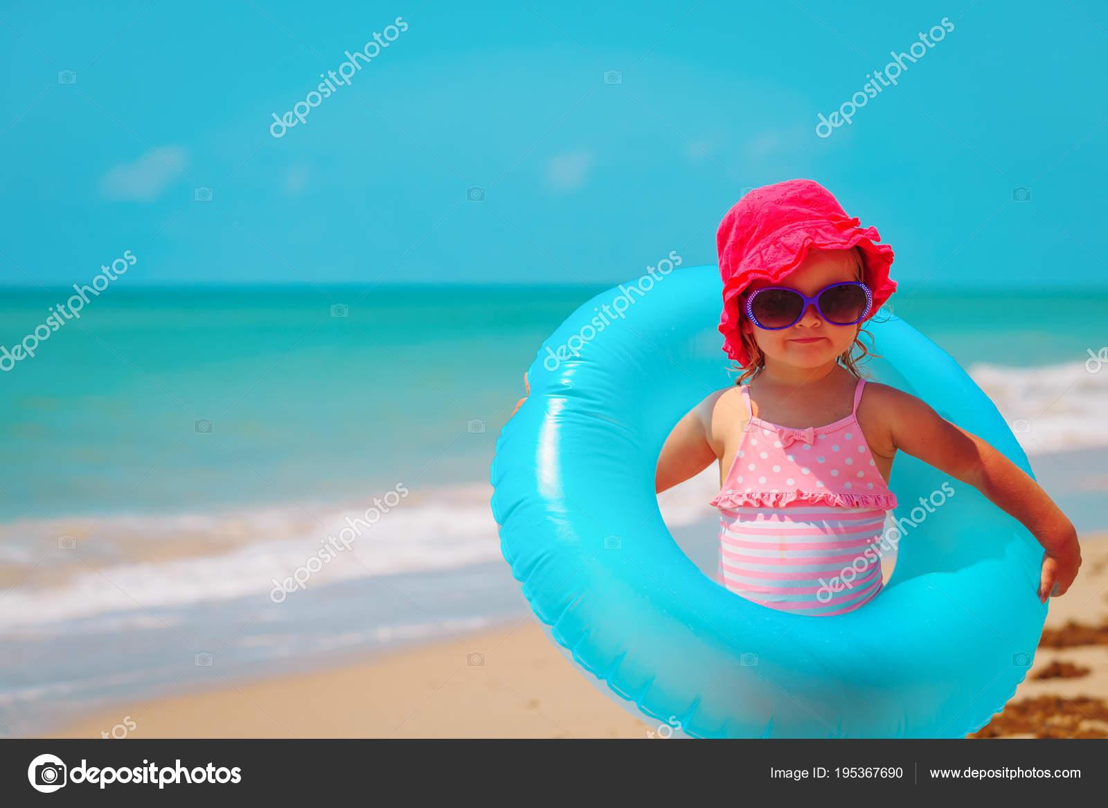 — Foto Flotante Stock La Con Anillo En Juguete Playa Linda Niña De YWHE2eD9Ib