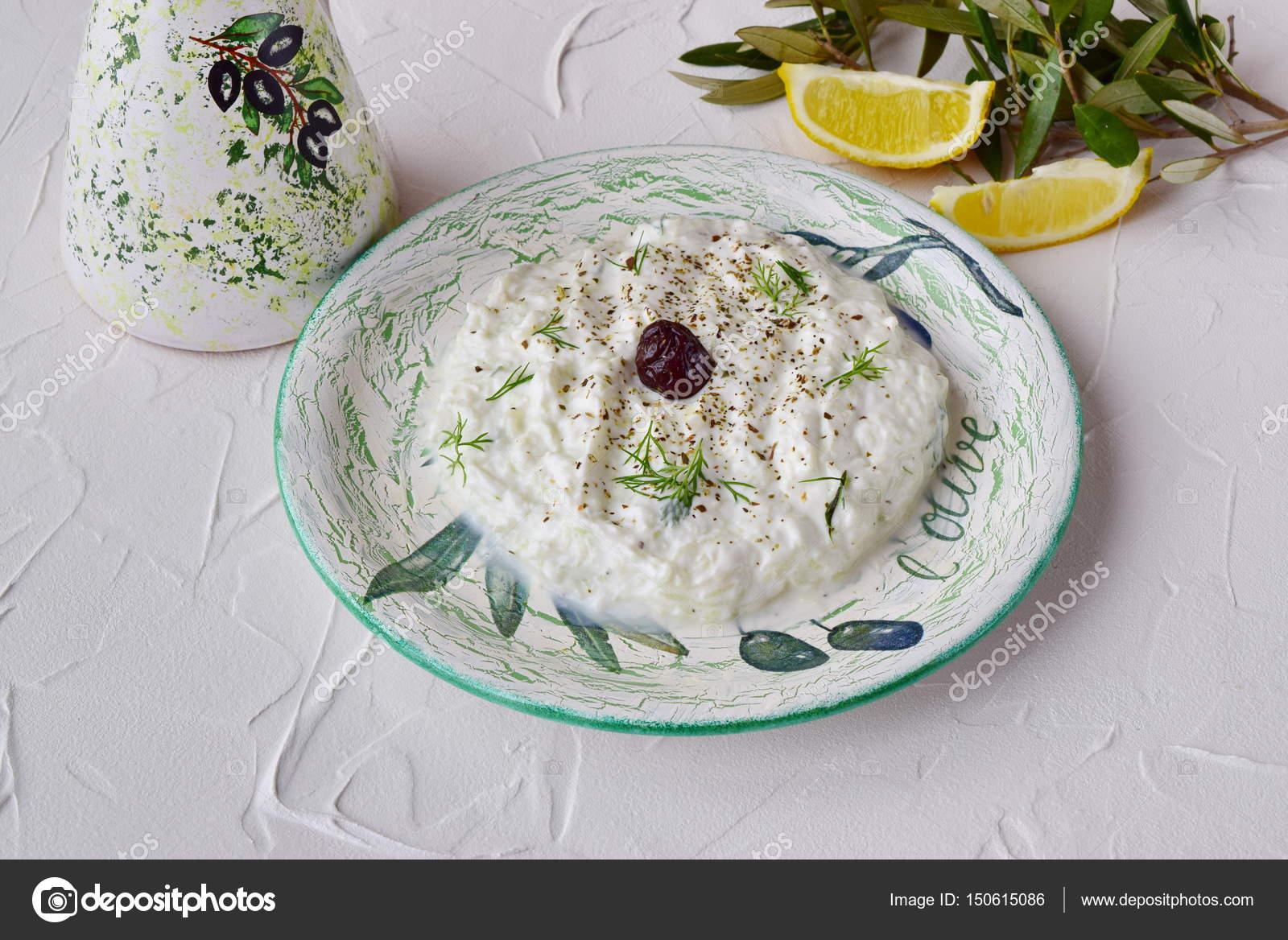 Греческий соус с огурцами и йогуртом