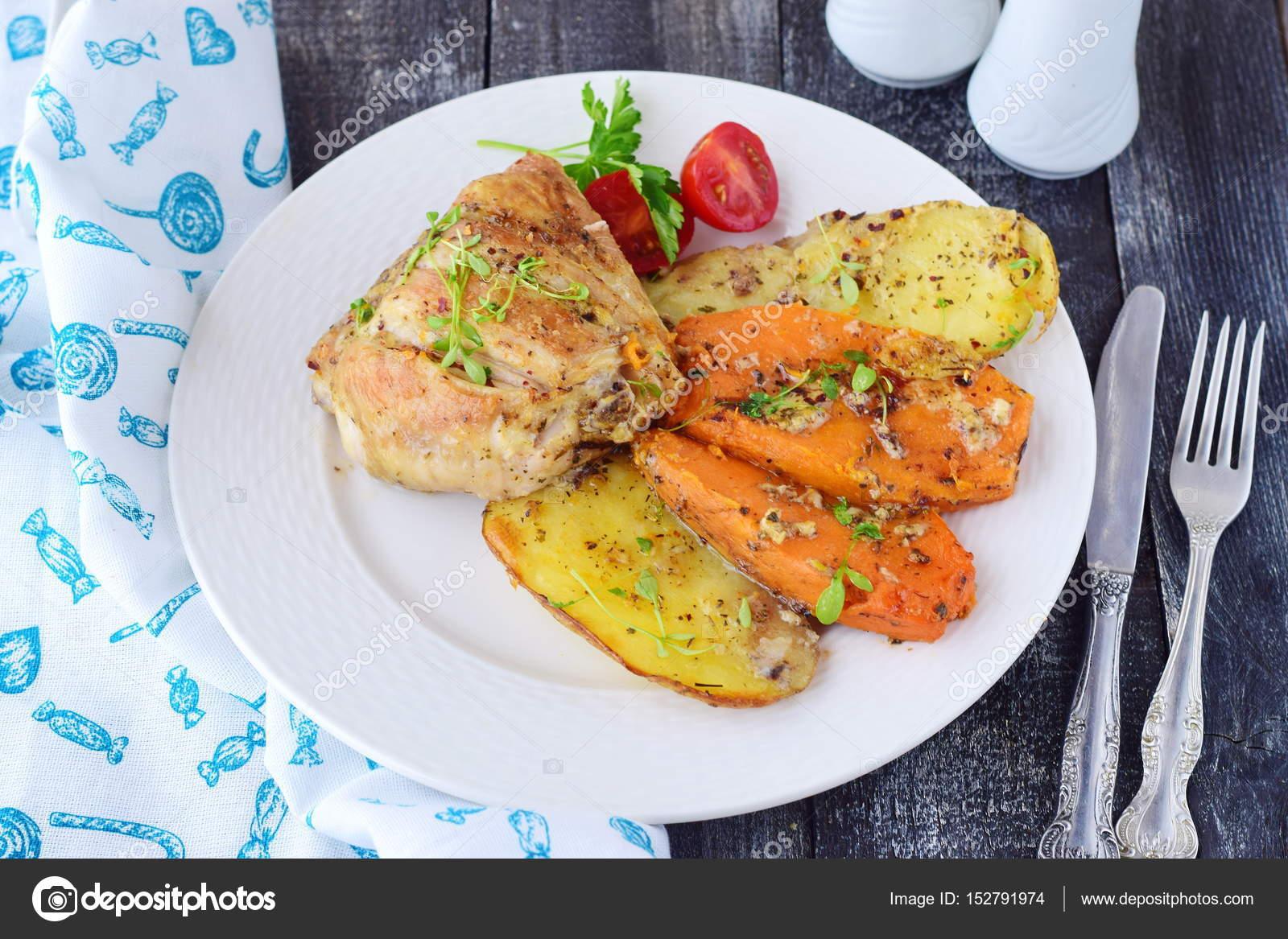 Ofen Huhn mit Kartoffeln und Süßkartoffeln, Gewürze, Kräuter in ...