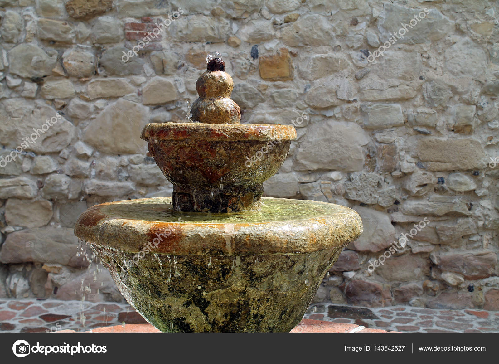 Fontana Giardino Pietra : Fontana di pietra del giardino u2014 foto stock © thelmaelaine #143542527