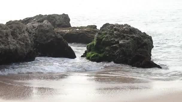 Indický oceán mocné vlny zřítilo na skalách na tropickém ostrově Bali, Indonésie. Nádherná pláž, pěkný výhled. Extrémní vlna zdrcující pobřeží