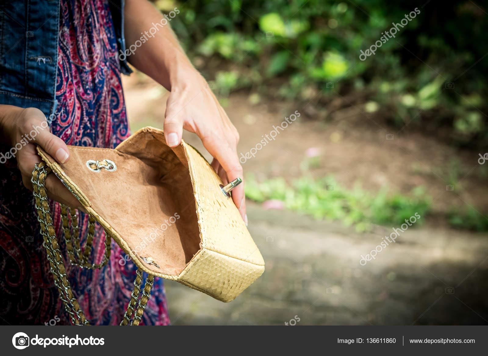 97a4c9f27a0b Ritratto di una bella moda donna caucasica del brunette con gli occhiali da  sole e pelle di serpente Pitone in posa nel parco di Nusa Dua