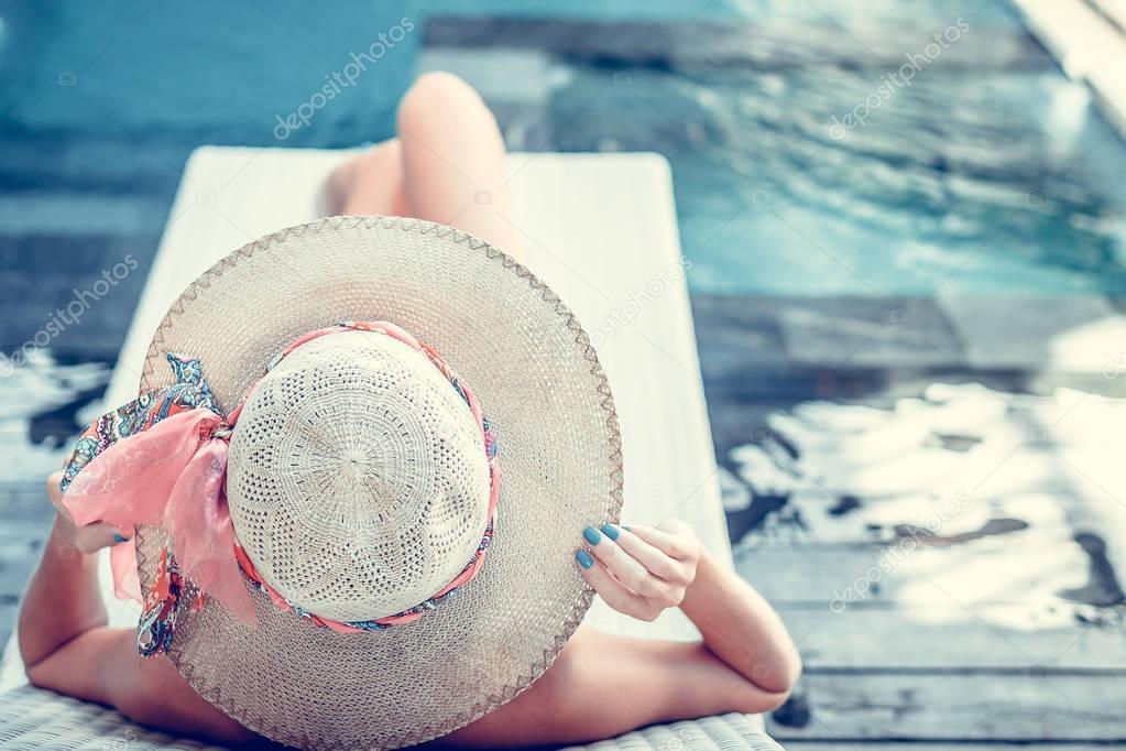 Фотообои Красоты сексуальная женщина с шляпу и солнцезащитные очки, наслаждаясь ее летние каникулы на бассейн на роскошной вилле. Летние каникулы идиллия. Тропический остров Бали, Индонезия.
