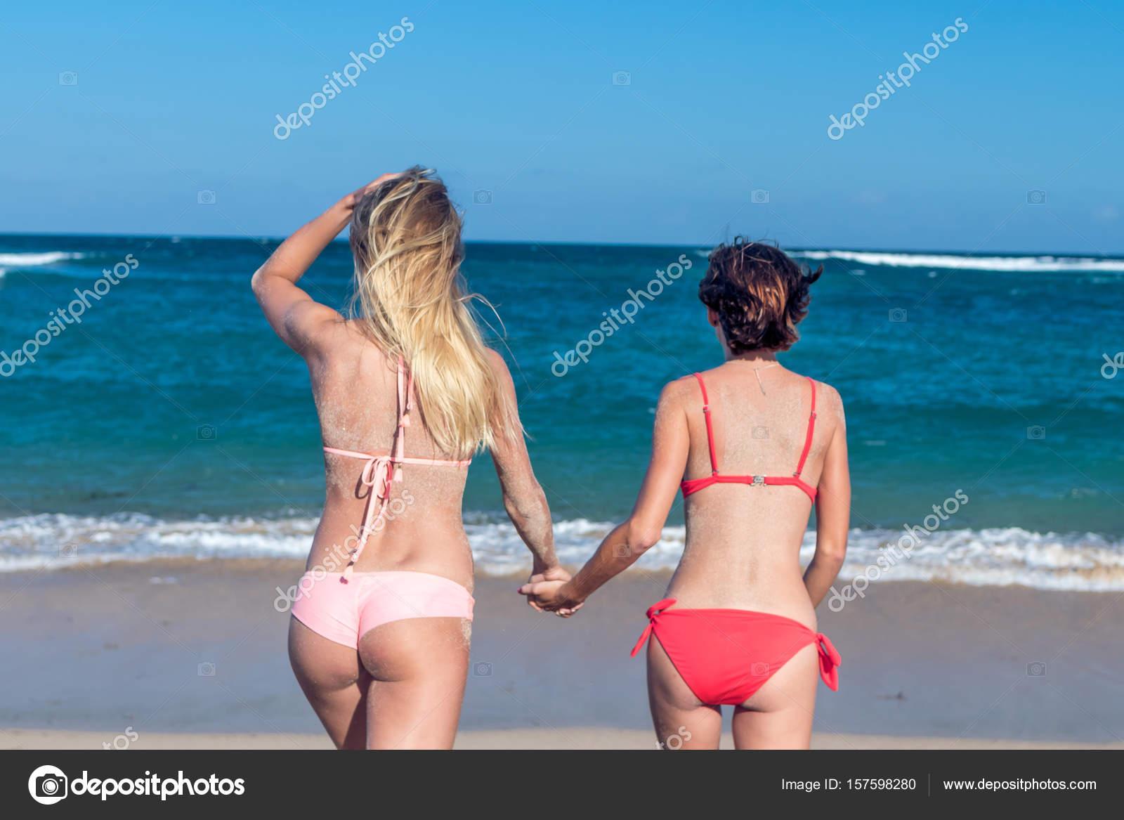 Фото секса молодежи на море, мастурбирует телка в авто