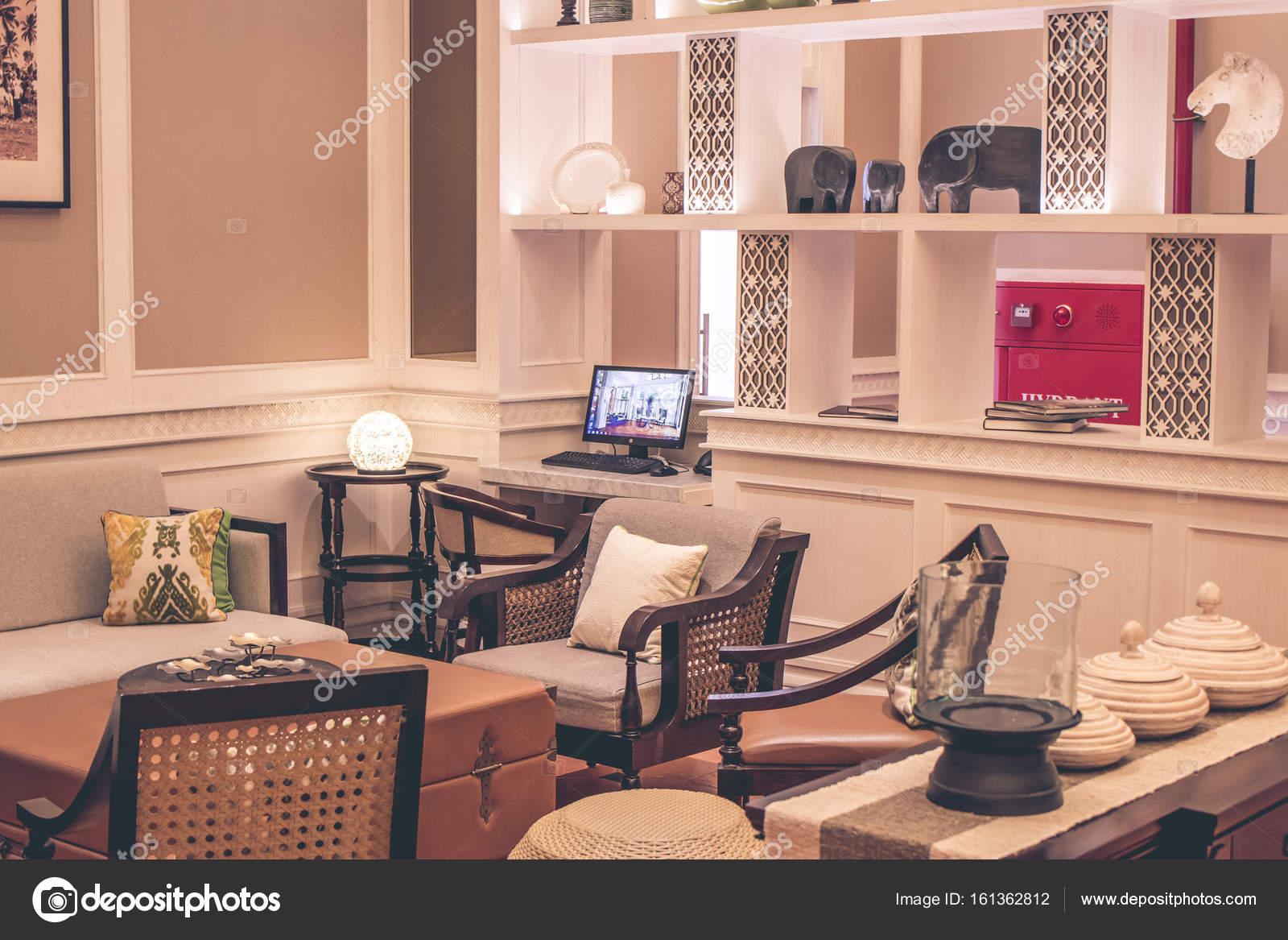 Moderne Einrichtung Mit Möbeln Und Tabelle. Insel Bali, Indonesien U2014  Stockfoto