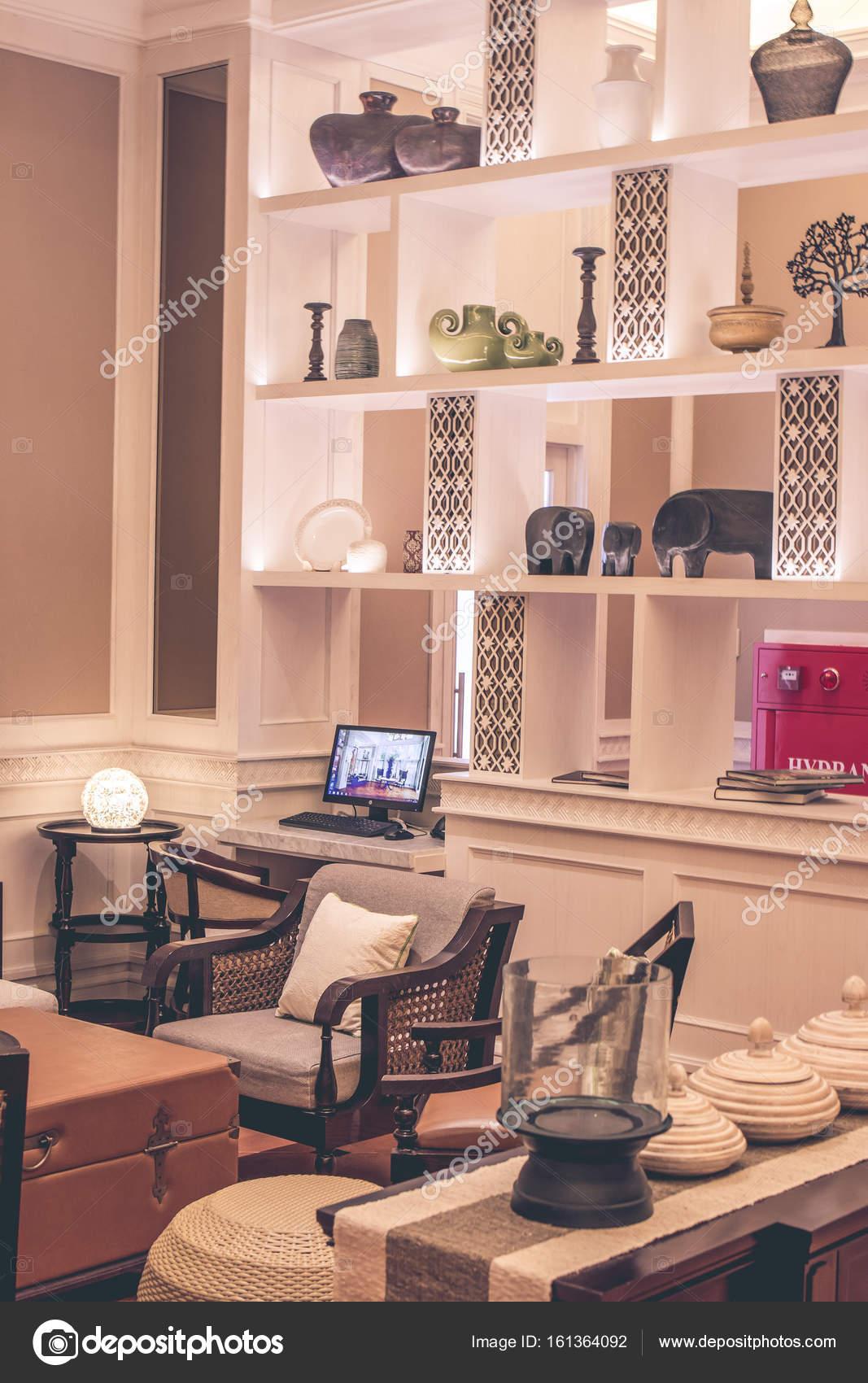 https://st3.depositphotos.com/1125497/16136/i/1600/depositphotos_161364092-stockafbeelding-modern-interieur-met-meubilair-en.jpg