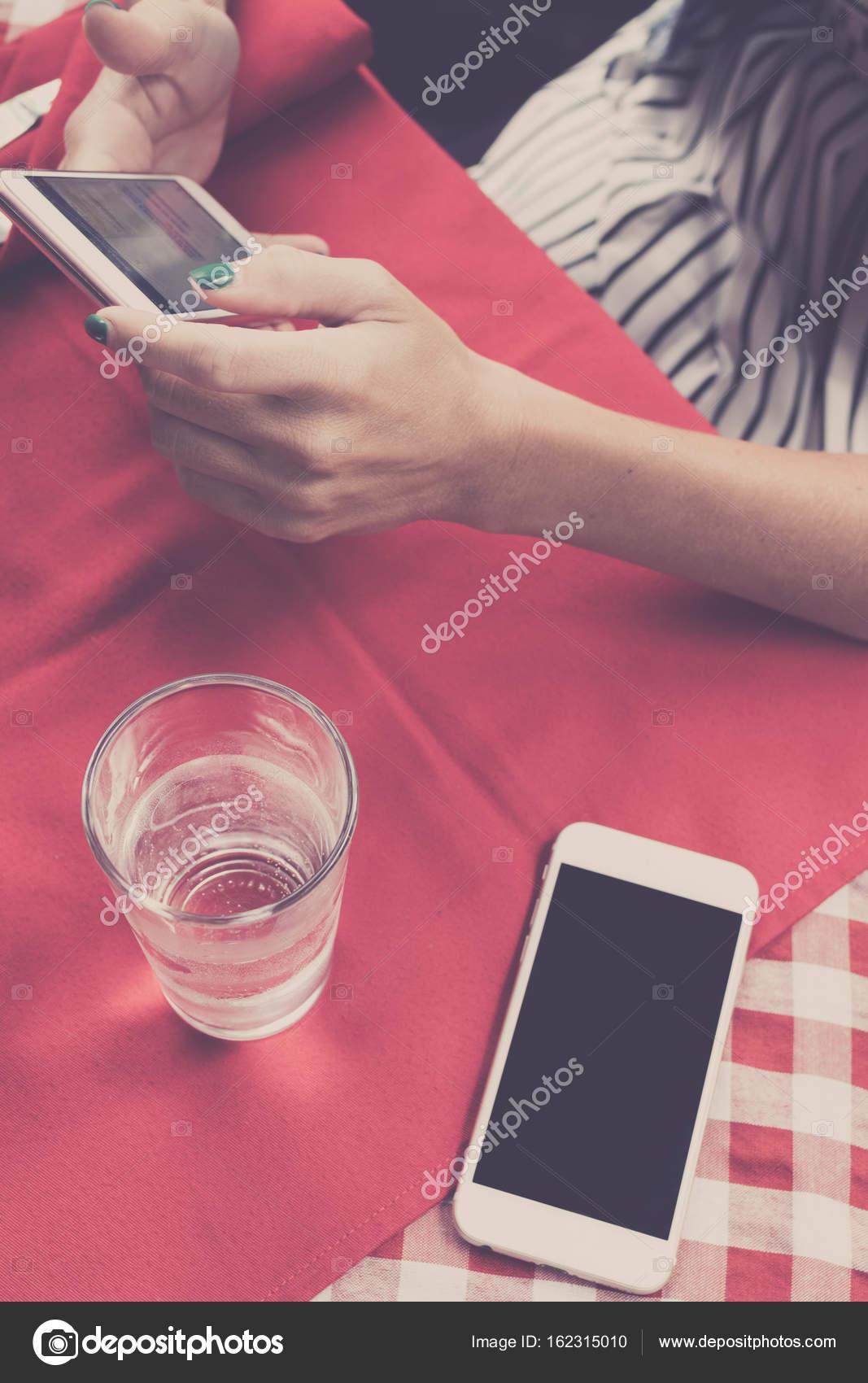 1e65e1f35e7705 Immagine di mockup di bianco cellulare con schermo bianco in bianco su  sfondo rosso nel ristorante.