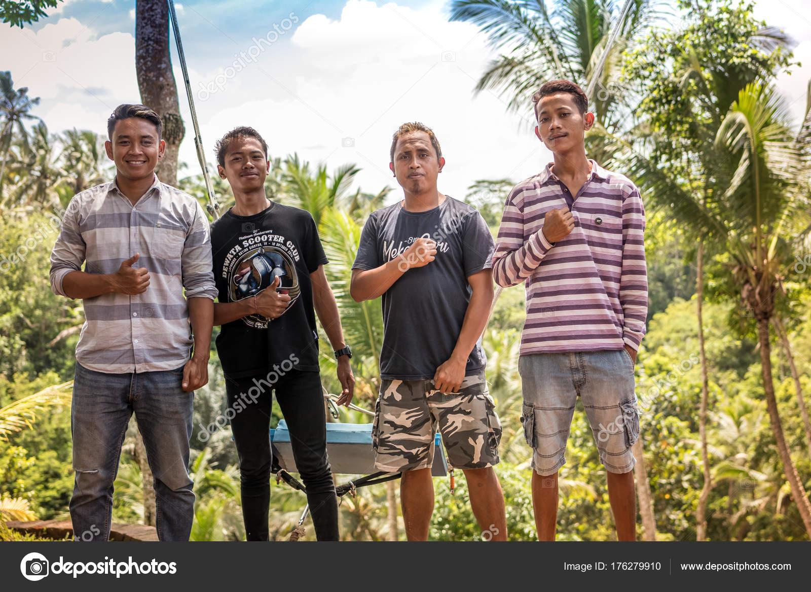 バリ島, インドネシア - 2017 年 12 月 5 日: バリ島のジャングルの中でアジアのバリ インドネシアの男性のグループのポートレート、クローズ アップ — ストック写真