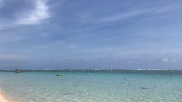 Pohled na oceán a na obzoru. Tropický ostrov Bali, Indonésie. 4k video