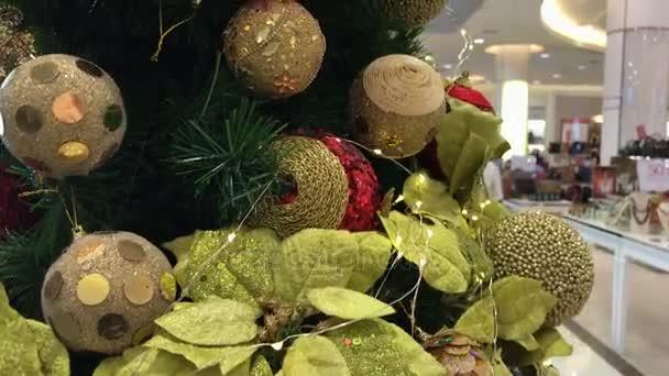 Albero di Natale decorato nel centro commerciale. Asia, Indonesia