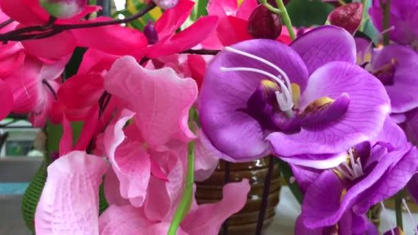 Umělé květiny kytice výzdoba v nákupním středisku. Květinový obchod v Asii