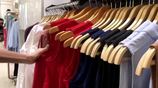 Žena nakupování oblečení. Žena, výběrem oblečení v nákupním středisku. Ostrov Bali.