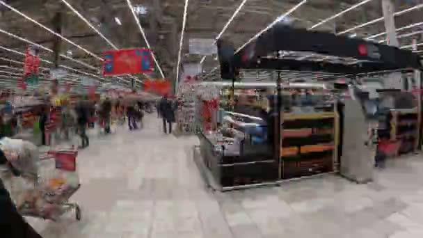 Moskva, Rusko - 18. ledna 2020: Auchan Mall hyperlapse. Auchanský trh v Moskvě. Časová prodleva.