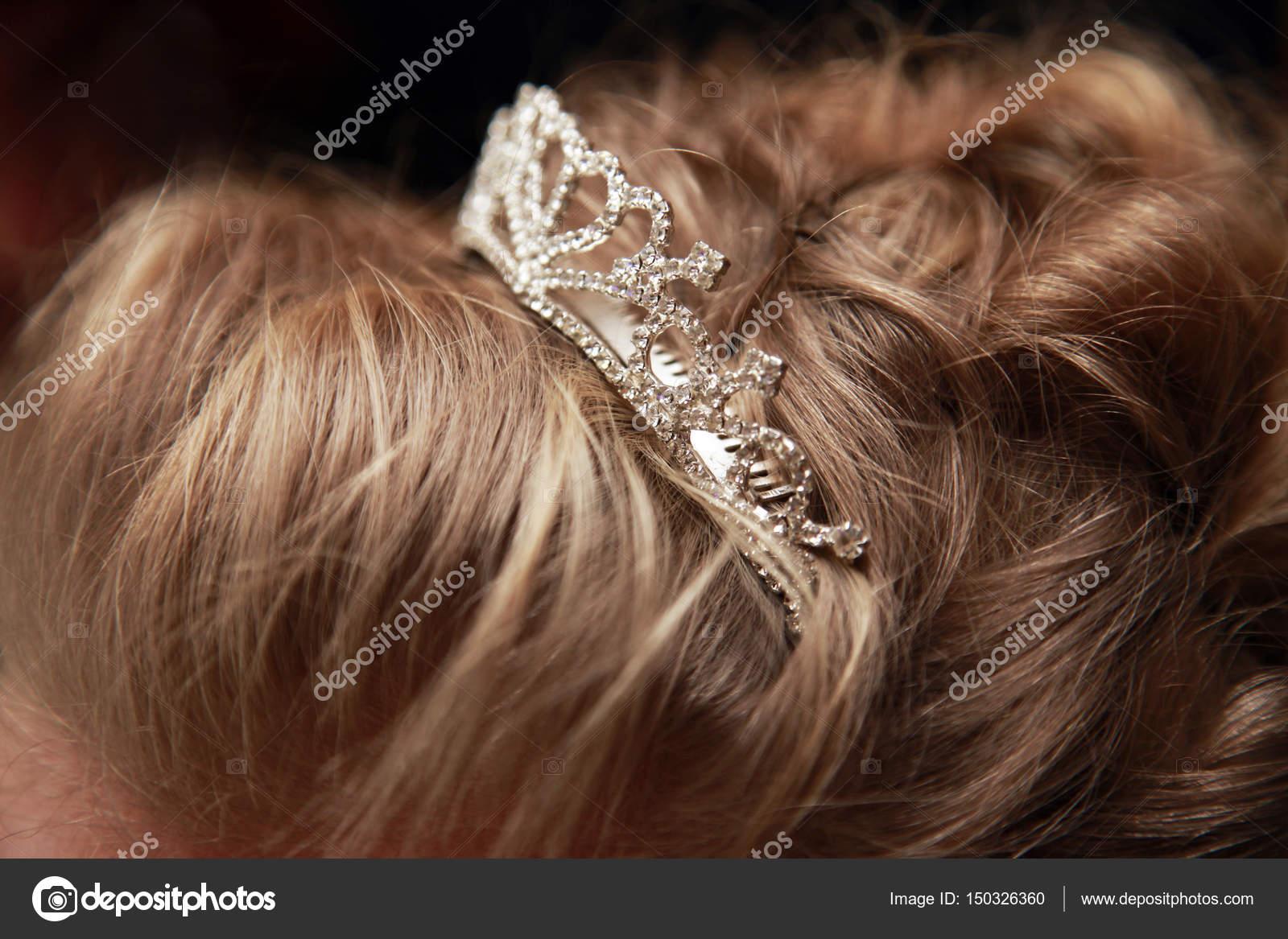 c278ef7217 Γάμου τιάρα για νύφη μαλλιά γκρο πλαν — Φωτογραφία Αρχείου © friday ...