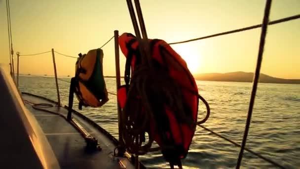 Západ slunce z jachty desky - plachtění a jachty detaily v moři