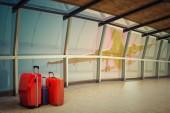 Letiště koridor s zavazadla zásobníku v noci