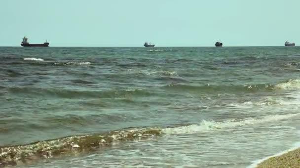 Nákladní lodě na obzoru v otevřeném oceánu