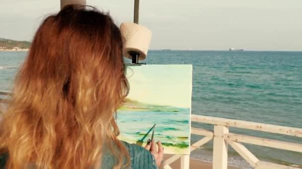 Mujer Joven Artista Pintar Un Pie De Marino En La Terraza De Playa De Madera