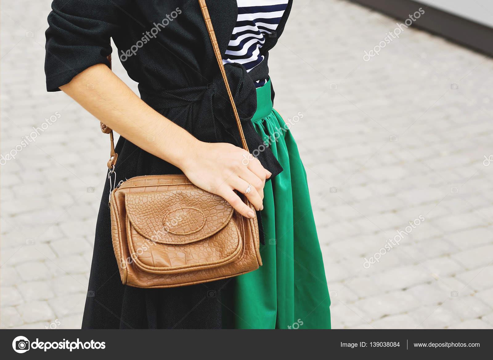 de à Femme dans Fille robe la globale sur en le beige à sac cuir le en ville jour brun en été banc main main ensoleillé rouge la l'été RRq4x7wnI