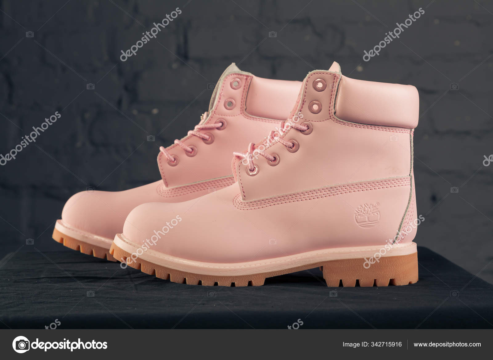 consenso Alexander Graham Bell Goneryl  New Beautiful Colorful Nice Timberland Tracking Shoes Sneakers Trainers  Shows – Stock Editorial Photo © sozon #342715916